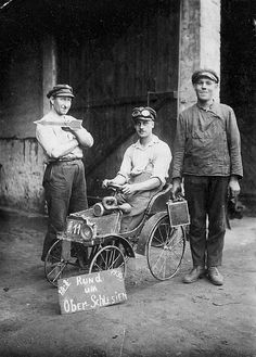 Oberglogau 20.08.1930. Links mein Großvater Berthold Aust mit seinen Kollegen. Das Tretauto haben sie gemeinsam für den Sohn des Grafen von Oppersdorf gebaut.