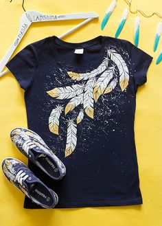 Hand painted Fairytaly Feathers T-shirt, Bohemian Black t-shirt, Women. Size L is ready to ship Fairytaly plumas camiseta camiseta azul Bohemia mujer Fabric Paint Shirt, Paint Shirts, T Shirt Painting, Fabric Painting, Painted Clothes, T Shirt Diy, Diy Clothes, Diy Fashion, Bunt
