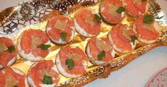 Fabulosa receta para Canapés de salmón y queso con lima. Sencillos pero deliciosos estos canapés para picar antes de la cena de Nochevieja. Brie, Canapes Salmon, Pepperoni, Bruschetta, Pizza, Ethnic Recipes, Food, Salmon Appetizer, Homemade Recipe