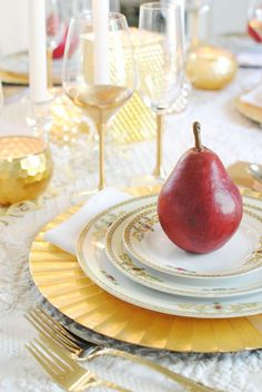 Need ideas for holiday entertaining? Enjoy this gilded tablescape that creates a special ambience for your next party or family gathering.