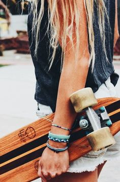 Love that surf hair look but don't surf every day? Even if you're a regular surfer it's nice to have some product to put in your hair to give it some body and Girls Skate, Surfboard, Surf Hair, Vsco, Surfer Girl Style, Surfer Girls, Surfer Dude, Estilo Grunge, Pura Vida Bracelets