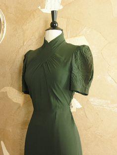 Vintage Dream A Little Green Dress von VeryVintageStore Cute Dresses, Vintage Dresses, Vintage Outfits, 1940s Fashion, Vintage Fashion, 20th Century Fashion, Altering Clothes, Costume Shop, Mode Vintage