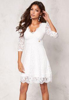 I denna spetsklänning med tydlig Chiara Forthi karaktär blir du festens mittpunkt! Med d... • Trygg leverans • Säker betalning • 14 dagars ångerrätt