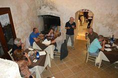 Il nostro Cosimo insegna ai nostri ospiti come degustare l'olio extravergine d'oliva.