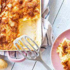 Ziegenkäse im Auflauf und Parmesan obendrauf - die doppelte Käsedrohnung quasi. Und darunter gelbe und grüne Zucchini und Kartoffeln.
