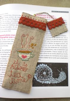 Tea Linen Bookmark by Cozy Memories on Flickr Free Motion Embroidery, Embroidery Art, Embroidery Patterns, Hand Sewing Projects, Quilting Projects, Sewing Crafts, Vintage Bookmarks, Felt Bookmark, Mug Rug Patterns
