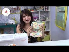 Necessaire ESTILO Lancheira - Lunch bag - YouTube Sew Wallet, Sewing Tutorials, Bag Making, Videos, Lunch Box, Patches, Singer, Youtube, How To Make