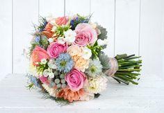 Wir lieben #vintage - dieser bunte #Brautstrauß ist für diesen Stil perfekt geeignet #bridalbouquet #bride #weddinginspiration