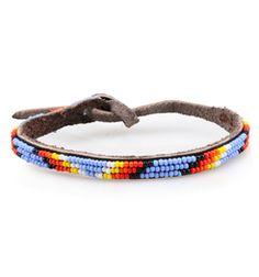 Das Armband aus echtem Leder besticht durch seine dreireihige bunte Perlen Verzierung. Das Lederband lässt sich mittels Schlaufe und Knoten schließen. Eine kleine Plakette mit Logoschriftzug komplettiert das Armband. Es wurde in Kenya handgefertigt. Jetzt bei REYERlooks.com kaufen.