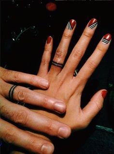 Warum Tattoos die neuen Verlobungsringe sind #refinery29 http://www.refinery29.de/warum-tattoos-die-neuen-verlobungsringe-sind#slide-3 Doppelter RingSchlicht & schön. Das klassischste unter den minimalistischen Eheringtattoos....