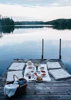 An outdoor picnic on the dock? Doesn't get more hygge than that. Summer Vibes, Summer Fun, Summer Picnic, Late Summer, Summer Nights, Night Picnic, Summer Goals, Style Summer, Summer Travel