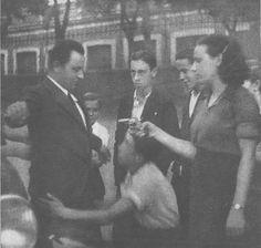 Spain - 1936. - GC - MILICIANA REGISTRANDO A UN VIANDANTE EN MADRID (19 DE JULIO DE 1936)