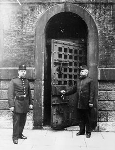 Chief Warder and his assistant at the inner door of Newgate Prison, London. The prison was demolished in 1902 to make way for the construction of the Central Criminal Court. (Photo by Museum of London/Heritage Images/Getty Images) Victorian Prison, Victorian London, Vintage London, Victorian Era, London 1800, Old London, Old Photos, Vintage Photos, London Drawing