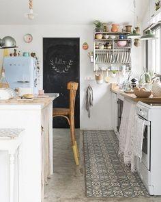 Marcenaria branca, piso de cimento com uma faixa de ladrilho hidráulico e detalhes em tons pastel: a receita desta cozinha em Biarritz, na França, é infalível. Os donos da casa, Constance e Dorian, apostaram numa base despojada e capricharam nos acessórios charmosos, ideia que funciona tanto em casas de praia como de campo. 📷Julien Fernandez #decoracao #decor #interiordesign #cozinha #kitchen #biarritz #revistacasaclaudia