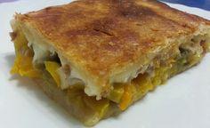 Pasta sfoglia a fagotto con peperoni, funghi, salsiccia e formaggio
