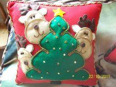 cojines navidenos renos (3) | Aprender manualidades es facilisimo.com Christmas Cushions, Ideas Para Fiestas, Xmas, Christmas Ornaments, Reno, Holiday Decor, Pattern, Buenas Ideas, Home Decor