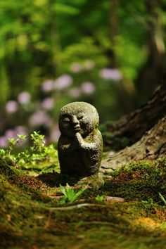 the statue is so cute. Jizo statue at Sanzen-in temple, Kyoto, Japan 三千院 Statues, Japanese Culture, Japanese Art, Japanese Geisha, Japanese Kimono, Kimono Japan, Japanese Gardens, Jizo Statue, Kyoto Japan