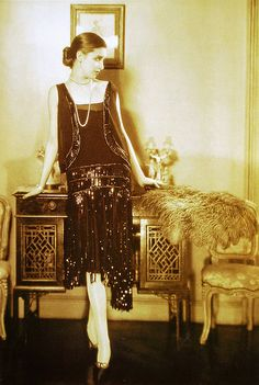 vintage everyday: Beautiful Fashion Photography by Edward Steichen from the and Model and photographer, Marion Morehouse is wearing black sequined dress by Chanel, Vogue 1926 (TAG: PUBLIC DOMAIN) 1920 Style, Style Année 20, Flapper Style, Gatsby Style, Chanel Vintage, Vintage Couture, Vintage Beauty, Retro Vintage, Vintage Style