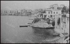 Η Καστέλλα το 1954, δεξιά η έπαυλη του πρωθυπουργού Κυριακούλη Μαυρομιχάλη. Old Photos, Vintage Photos, Good Old, Historical Photos, East Coast, Athens, Greece, The Past, Memories