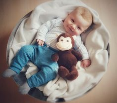 Baby in Schale mit Kuscheltier