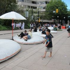 公共の枕は、人々のための場所に車の通りを変革します
