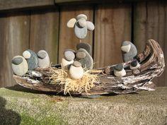 Después de recoger las piedras de río lisas durante años, necesitaba una manera de compartir mi amor por las piedras con otros. Esta escena de la Natividad consiste en piedras de río natural seleccionado a mano, en condiciones de servidumbre en driftwood. La escena es infantil en originalidad y sencillez. Personajes de la Natividad son escasamente detallado y un mínimo. ¡Inspiración de la naturaleza con tesoros de la naturaleza! Medidas: 6 x 2 x 1 1/2