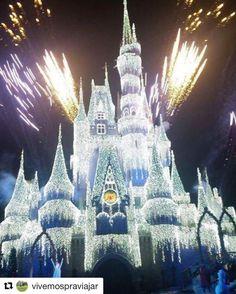 Use #letsflyawaybr e apareça no nosso feed! Obrigada  @vivemospraviajar por compartilhar essa imagem! Elsa congelando o castelo da Disney. Natal chegando e o parque fica ainda mais encantador! --------- Use #letsflyawaybr and show up in our feed! Thank you  @vivemospraviajar for sharing this image! Elsa freezing the Disney castle. Christmas is coming and the park is even more charming! ----------- #repost #disney #disneyworld #magickingdom #orlando #usa #viagem #trip #travel #viaje…
