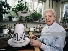 bemalt eine Vase in ihrer Werkstatt