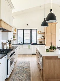 Creating a warm and inviting kitchen - Lindsay Hill Interiors Modern Farmhouse Kitchen by Lindsay Hill Interiors Design Room, Home Design, Design Hotel, Küchen Design, Design Styles, Farmhouse Style Kitchen, Modern Farmhouse Kitchens, Home Decor Kitchen, Home Kitchens