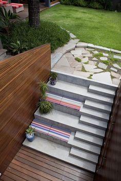 Treppen im Garten beton-sitzplatz-bodenkissen-pflanzen