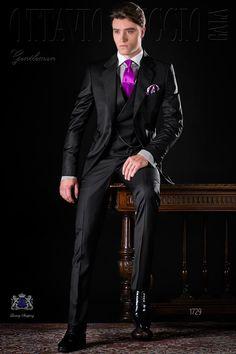 Costume homme italien noir avec revers crantés, 2 boutons, ticket pocket et 2 fentes latérales. Tissu de pur laine «cool wool». Costume de mariage 1729 Collection Gentleman Ottavio Nuccio Gala.