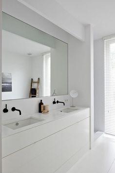 Trend gro er badspiegel im wei en badezimmer
