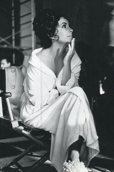 Elizabeth Taylor on the set of Cleopatra. She was the first person to get a million dollars for a film, for Cleopatra. Bianca Jagger, Mick Jagger, Elizabeth Taylor, Old Hollywood, Classic Hollywood, Hollywood Stars, Jean Harlow, Cleopatra, Saint Tropez