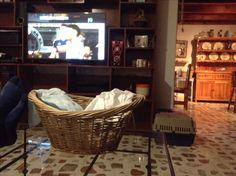 PACO lavando y planchando su ropa además viendo partido de EUA  COL.