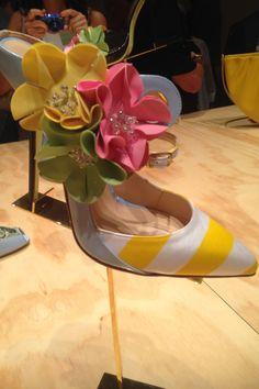 Nicolò Beretta, designer, ha solamente 19 anni, ma ha le idee molto molto chiare. La collezione ha dei forti richiami agli elementi caratteristici degli anni '50 e, come accade in questa foto, i fiori sono realizzati nello stesso materiale utilizzato per le cuffie dell'epoca.  -cosmopolitan.it