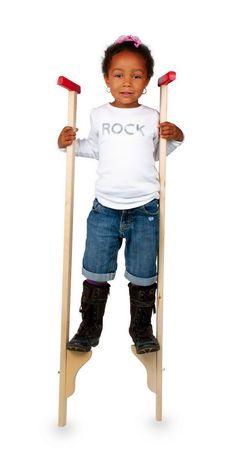 Stelzen. Aus stabilem unbehandelten Massivholz gearbeitet, fördern die Stelzen mit lackierten Griffen das Balancegefühl der Kinder! Die Fußstücke sind 2-fach verstellbar. Holzspielzeug.