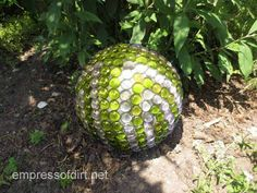 Creative garden art balls with tutorials - DIY I especially like the flat, glass marbled one