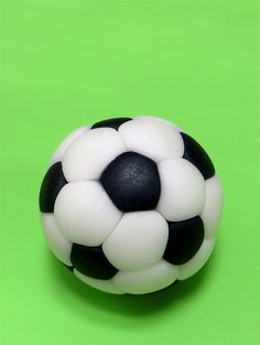 Tutorial - How To Make Simple Soccer Ball From Fondant Baby Birthday Cakes, Birthday Party For Teens, Birthday Ideas, Cake Topper Tutorial, Fondant Tutorial, Football Cake Toppers, Football Cakes, Soccer Ball Cake, Cake Hacks