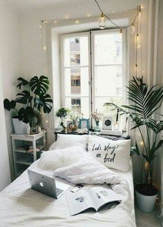 20 Small Bedroom Design Ideas You Must See Some people like a minimalist approach, while others have bedroom ideas that are quite extravagant. Take look the 20 Small Bedroom Design Ideas. Deco Studio, Small Bedroom Designs, Small Bedroom Decor On A Budget, Narrow Bedroom Ideas, Small Bedroom Ideas On A Budget, Small Bedroom Interior, Budget Bedroom, Small Bedroom Decorating, Bedrooms Ideas For Small Rooms