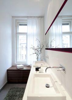 Superb Wei und Grau herrschen im asiatischen Badezimmer