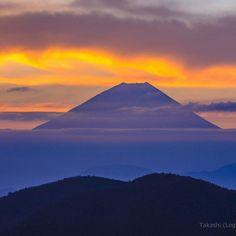 夜中に山に入った 厚い雲で富士山は見えず 日の出の前後だけ姿を現した 朝日に照らされてオレンジに輝く雲と紫の富士 by takashi_legendfuji