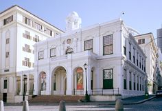 The Old Town House - Situated in the hub of Cape Town on Greenmarket Square, the Michaelis Collection is housed in the former City Hall (the Old Town House), which was built in 1755 in the Cape Rococo style. Rococo Style, Town House, Cape Town, Georgian, Old Town, Old Houses, South Africa, Old Things, Mansions