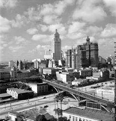 São Paulo em Preto & Branco: Maio 2015 - Vista do Viaduto Santa Ifigênia com os Edifícios Martinelli e Banespa ao fundo e o Edifício do Banco do Brasil em construção Ano: 1954 Autor: desconhecido