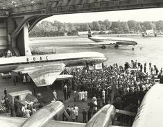 Celebration: Delivery to Heathrow on 30 September 1958 of BOAC's first de Havilland Comet 4 jet airliner British Airline, British Airways, De Havilland Comet, Major Airlines, Cargo Airlines, History Online, Aviation Industry, Earth From Space, Civil Aviation