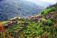 Um Presépio Natural Talasnal - Lousã  Talasnal, aldeia situada na serra da Lousã que é uma das 27 Aldeias do Xisto.