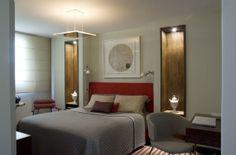O designer de interiores Fábio Galeazzo revestiu a cabeceira com tecido artesanal, couro e palha. Os nichos laterais foram feitos com cedro de reflorestamento. Foto: Divulgação