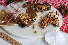 Sjokoladebark med peanøttsmør og fire ulike toppings Marshmallows, Waffles, Peanut Butter, Fire, Breakfast, Recipes, Marshmallow, Morning Coffee, Waffle