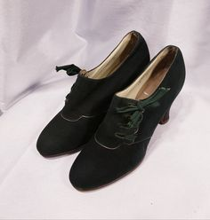 1930s Shoes, Vintage Shoes, Lace Up Shoes, Dress Shoes, Pencil Heels, Professional Image, Beautiful Heels, Silver Heels, Green Suede
