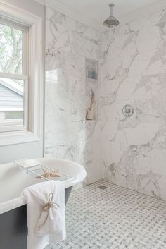 25 Ways To Mix And Match Tiles In Bathrooms - DigsDigs Marble Tile Bathroom, White Marble Bathrooms, Marble Showers, Bathroom Fixtures, Bathroom Flooring, Bathroom Furniture, Marble Tiles, Honed Marble, Bathroom Showers
