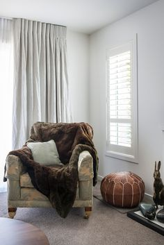Interior Design doesn't have to shout, it can be understated and beautiful – just like this coastal home. This light, breezy and beautiful interior features linen curtains and Luxaflex duettes and shutters throughout.